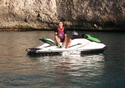 Terres-Basses-jet-ski-tours-sint-maarten-with-Jet-Paradise-St-Maarten-in-front-of-the-cliff-jumping